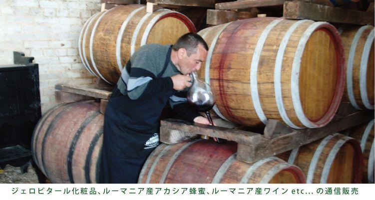 ルーマニア地方のワイナリーで樽からワインを抽出するスタッフ